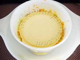 ставим емкость с капустой в более просторную емкость, сверху кладем тарелку
