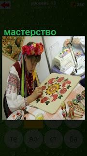 мастерство девушки по вышиванию в традиционном костюме