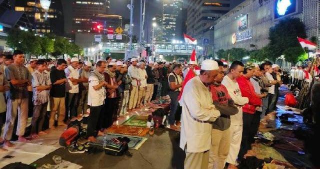 Massa Lanjut Shalat Isya' dan Tarawih Berjemaah di Depan Bawaslu