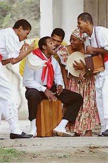 Foto de personas celebrando el Día de la canción criolla