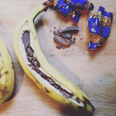 suklaabanaani valmistuu tekemällä banaaninkuoreen pitkittäinen viilto ja tunkemalla suklaata banaaniin koko matkalta