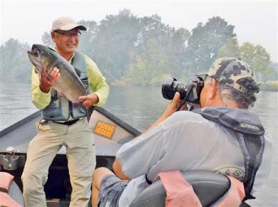 rogue-river-salmon-fishing-photo-op