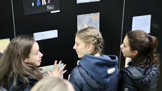 De deelnemers discussiëren over de betekenis van de winnende tekeningen.