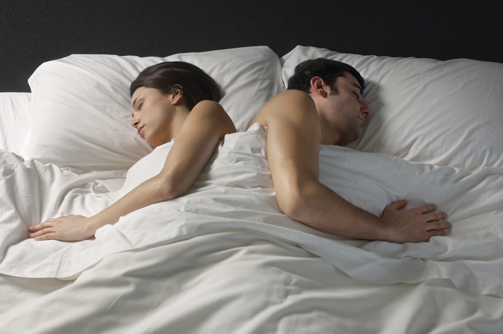 происходит кровати жену легла спать с другом так находился внутри