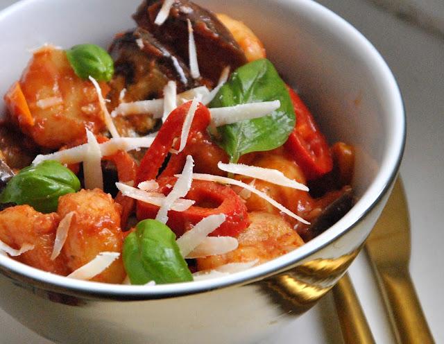 Gnocchi-Salat mit Aubergine und frischem Basilikum