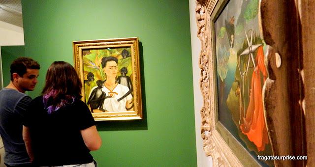 """""""Autorretrato com Macacos"""", de Frida Kahlo e tela de Leonora Carrington"""
