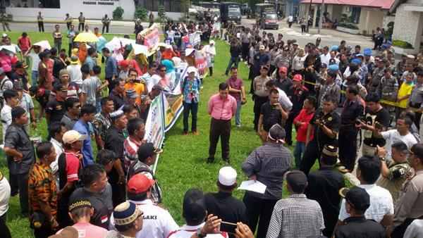 Demonstran Kapalo Hilalang Minta Pemerintah Batalkan Rencana Pembangunan Tarok City