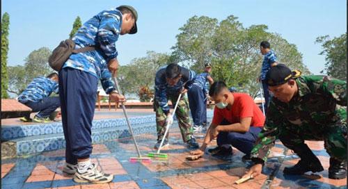 BERSIH : Aksi bersih yang dilakukan personel Pangkalan TNI AU Supadio di Taman Makam Pahlawan Dharma Patria Jaya Rabu (15/8). Photo dari Kepala Penerangan Pangkalan TNI AU Supadio