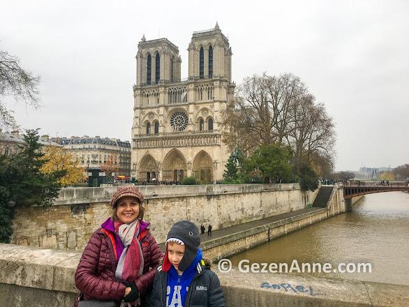 Paris Seine nehri ve Notre Dame Katedrali