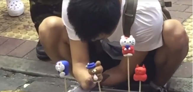 Watch: Artist Creates Figurines on the Streets of Mongkok – Without Hands!