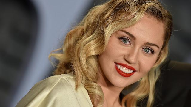 Durante uma conversa com o programa de rádio da Howard Stern, a atriz e cantora Miley Cyrus disse que estará na 5° temporada de Black Mirror, mas que não poderia dar nenhum detalhe.