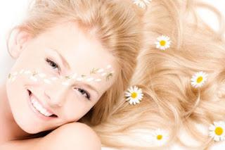 Como usar la manzanilla para aclarar el cabello