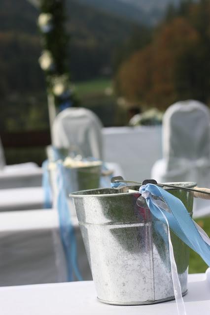 Streublüten freie Trauung, Hochzeit in Bayern, edel-bayerisch, Himmelblau und Edelweiss, heiraten in Garmisch-Partenkirchen, Hochzeitslocation Riessersee Hotel, wedding destination abroad, Germany, Bavaria, blue and white