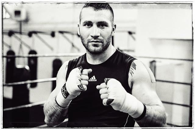 Ritratto in bianco e nero di Davide Armanini campione del mondo di kick boxing