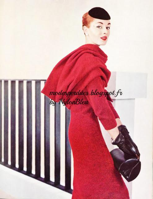 ... cols amovibles - Une robe moulante est resserrée par une haute ceinture  nouée devant. Le corsage est fermé près du dos et boutonné. Un col amovible  ... e6187b3414b