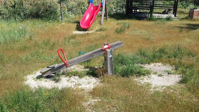 Ηγουμενίτσα: Άγνωστοι κατέστρεψαν την παιδική χαρά στον ποδηλατόδρομο και πέταξαν κομμάτια της στην θάλασσα