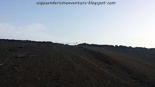 Barrera de hierro de referencia en la pista de tierra en el barranco del Berriel