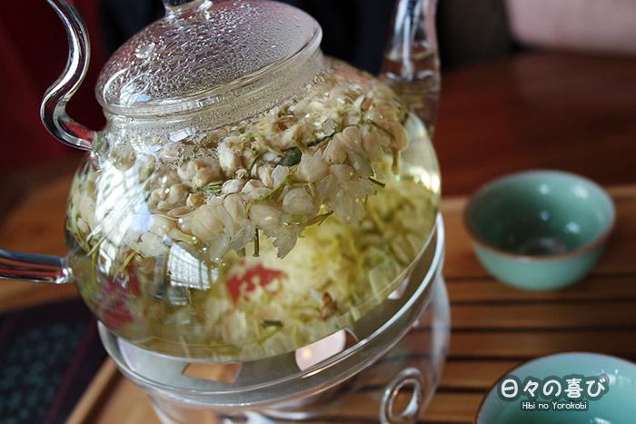 Thé au jasmin avec fleurs entières