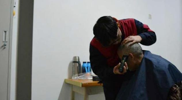 Pelajar Bawa Bapa Lumpuh Tinggal di Asrama