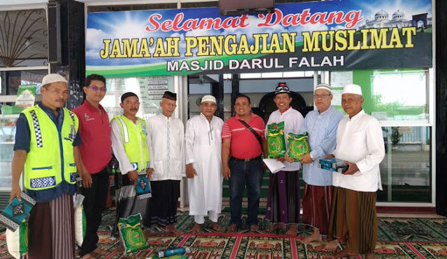 Memo Timur berikan bantuan untuk petugas di masjid