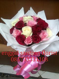 rangkaian buket bunga tangan mix tiga mawar model bulat