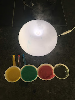 Petits pots de différentes couleurs de peintures gonflantes, DIY