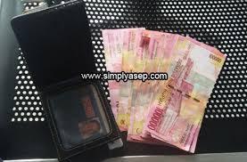 TUKAR : Segera tukarkan uang pecahan anda untuk keperluan lebaran semoga menyenangkan.  Ilustrasi foto Asep Haryono