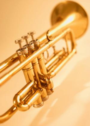 trompette sur un fond de couleur jaune
