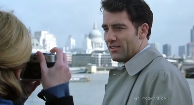 "Scena z filmu ""Bliżej"" (Closer) - Julia Roberts fotografuje Cliva Owena"