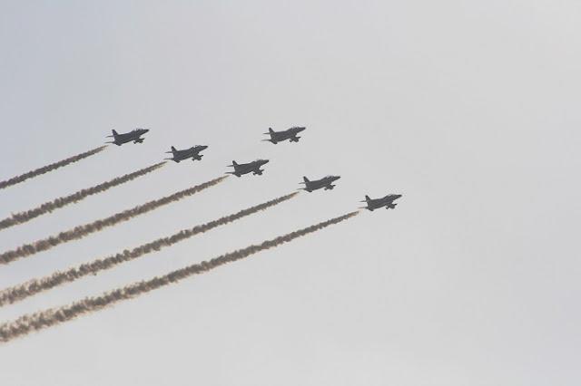 ブルーインパルスの編隊飛行の写真