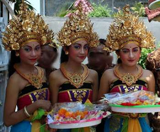 Balinese girls in Kuta Karnival
