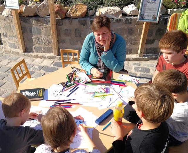 Ecsédi Orsolya foglalkozást tart gyerekeknek a Városligetben, a Holnemvolt Gyermekkönyv Fesztiválon a Cirrus a Tűzfalon című könyvéről.