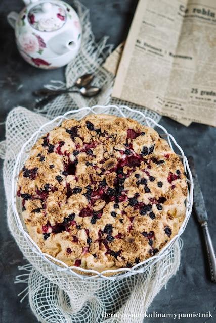 Szybkie ciasto z mrożonymi owocami z mieszanki kompotowej