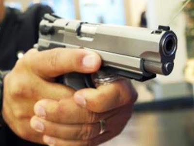 Resultado de imagem para foto ilustrativa de bandido com arma pistola em punho