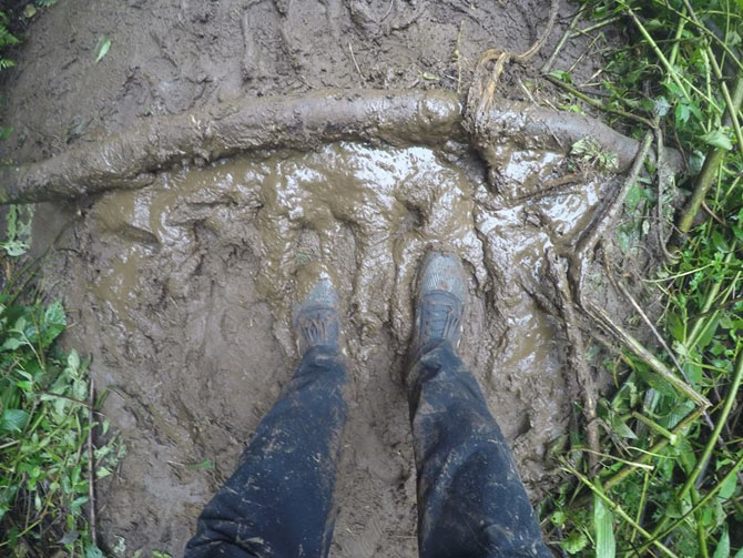 Jalur pulang berlumpur karena hujan