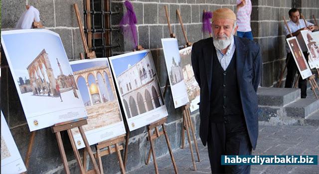 """DİYARBAKIR-Merkez Sur ilçesinde bulunan tarihi Ulu Camii'nde Kudüs'teki maddi ve manevi değerlere sahip kültürel varlık ve eserlerini Diyarbakır'da tanıtmak amacıyla """"Vakıf Medeniyeti ve Kudüs"""" temasıyla resim sergisi açıldı."""