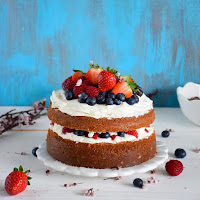 Sponge cake com frutos vermelhos e mascarpone