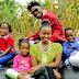Picha Bobi Wine akiwa na familia yake