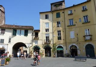 Plaza del anfiteatro o Plaza del Mercado de Lucca.