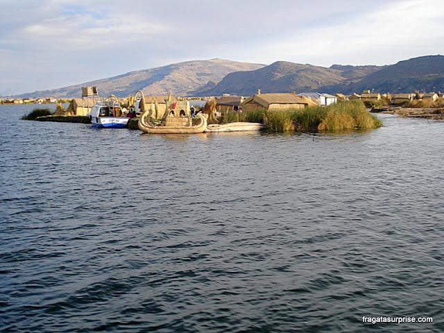Barcos de totora no Lago Titicaca no entorno das ilhas flutuantes dos Uros, no Paeru