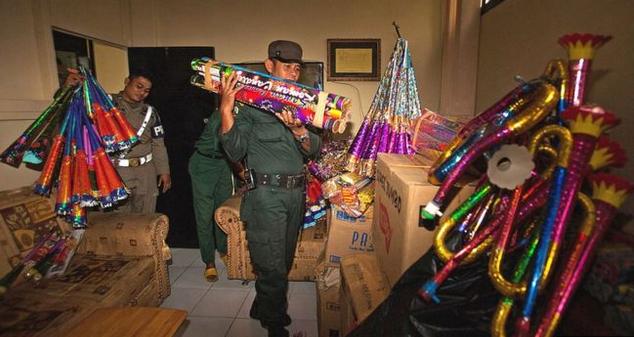 Polisi syariah menyita terompet dan kembang api di Banda Aceh menjelang Tahun Baru, pada 2013 lalu.