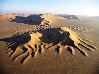 Çorak bir arazideki dalgalı desenli kumullar veya kum tepeleri