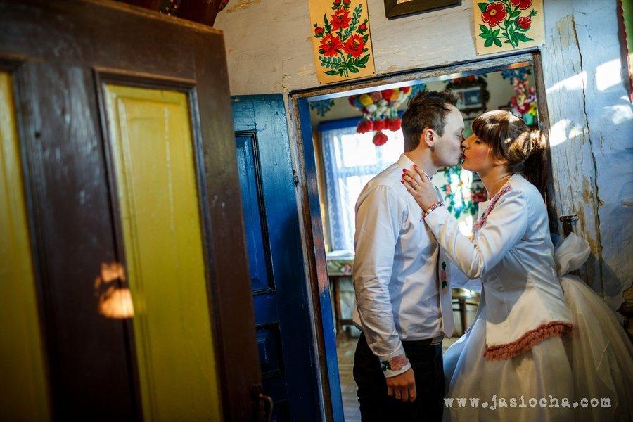 Haftowana folkowym motywem suknia ślubna i koszula Pana Młodego
