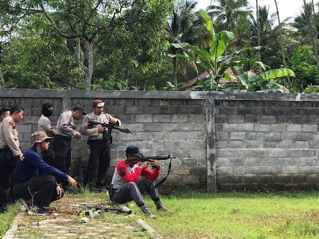 Tim Pemburu Begal Latihan Menembak