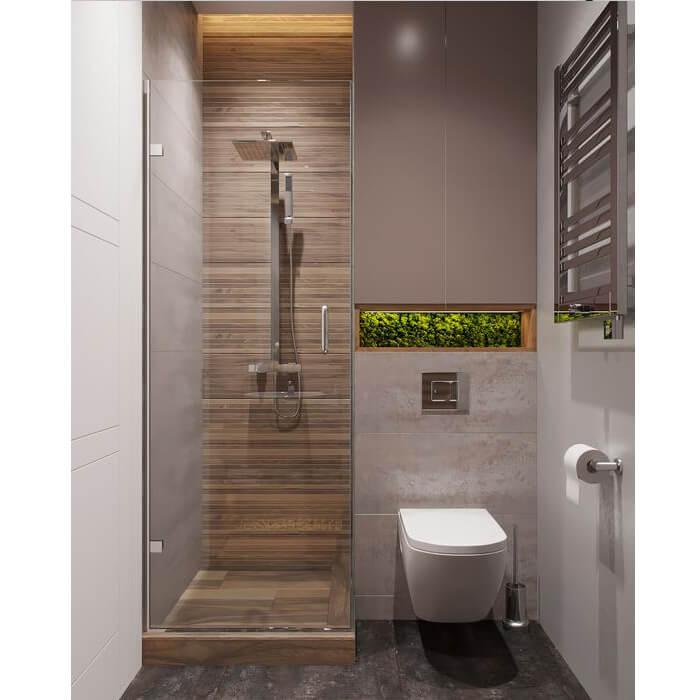 Bagno con doccia in nicchia con rivestimento simil legno e anta a battente