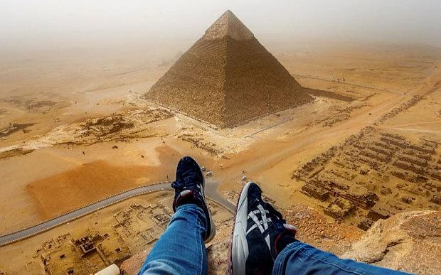 turista escala piramides do egito - foto
