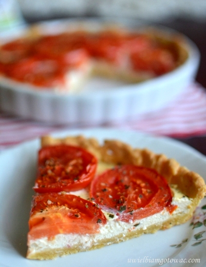 Tarta z kozim serkiem i pomidorami