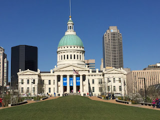 Photo of the Old Courthouse with St. Louis behind.
