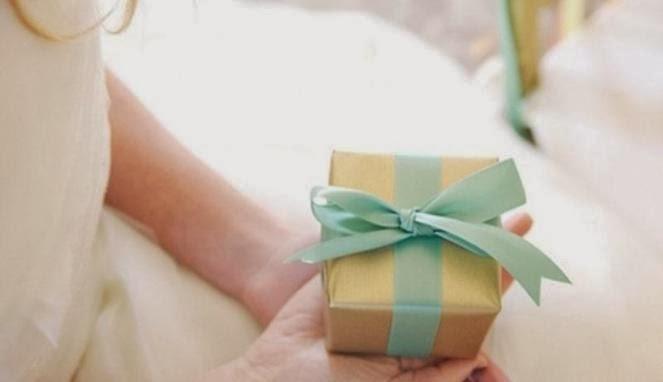hadiah untuk ibu hamil | perlengkapan bayi | buku tentang kehamilan | buku harian | perhiasan | pakaian dalam