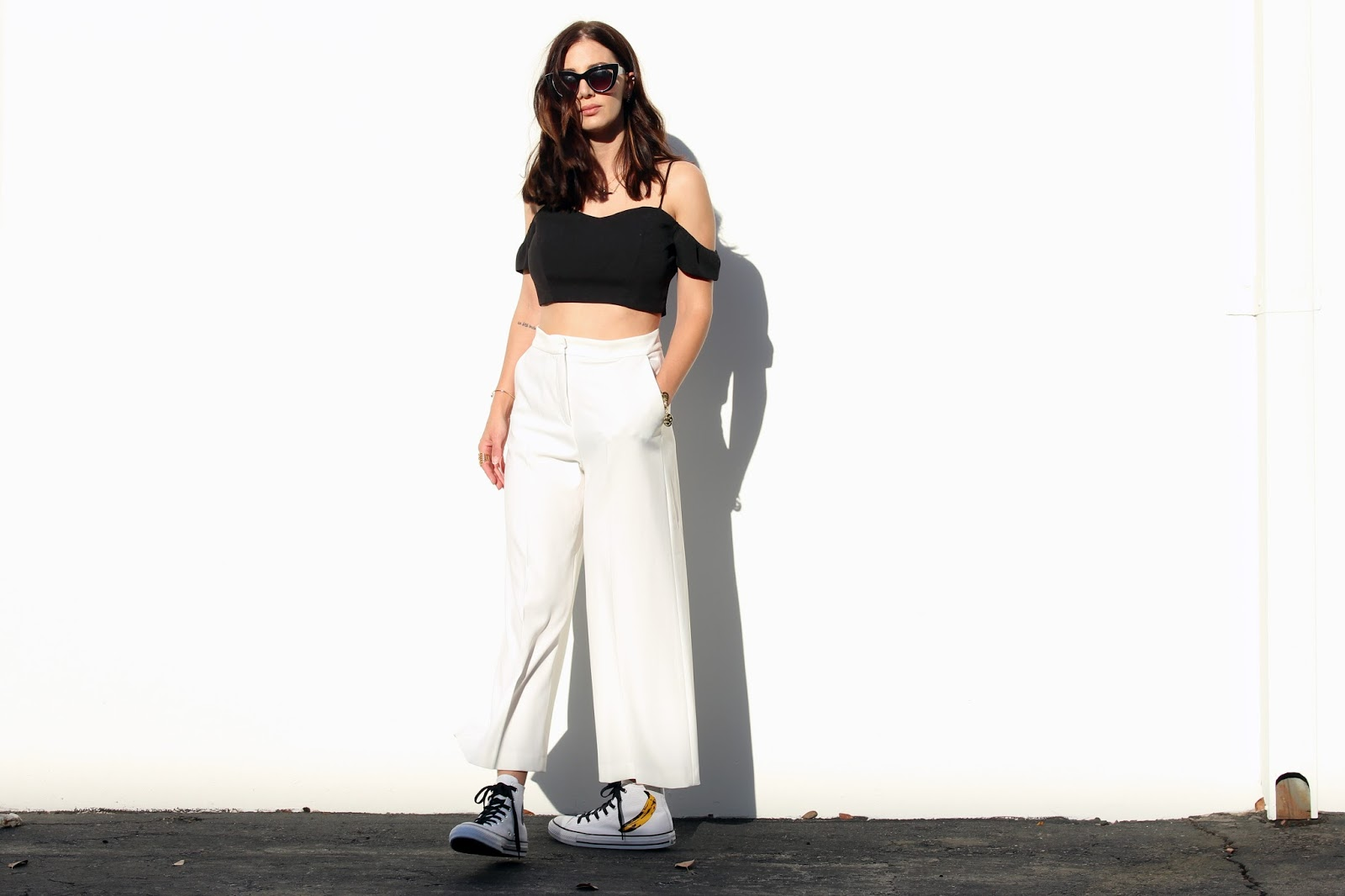 white cropped pants, off-shoudler top, converse